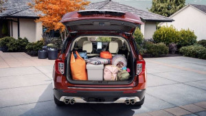 Ford Explorer Heckansicht mit geöffneter Heckklappe und beladenen Gepäckraum