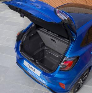 Blauer Ford Puma Gepächsraum