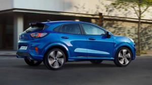 Ford Puma blau Seitenansicht fahrend auf einer Straße