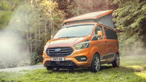 Ford Transit Custom Nugget orange im Wald