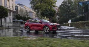 Ford Kuga rot auf nassen Straße
