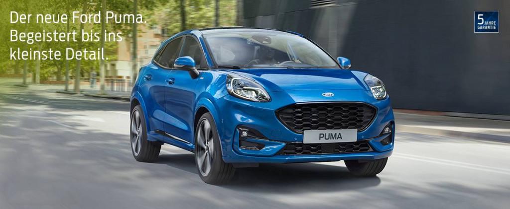 Blauer Ford Puma auf einer Straße